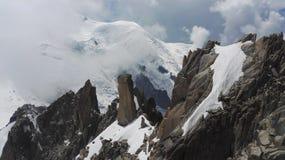 Hundimiento de la opinión sobre las montañas nevosas en el macizo de Mont Blanc, Haute-Savoie, Francia, Europa foto de archivo libre de regalías