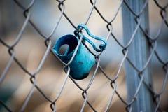 Hundleksak på ett staket royaltyfri foto
