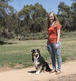Hundlydnadkvinna och hund Sit Stay royaltyfri foto