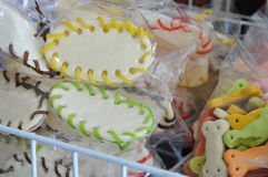 Hundmellanmålet på älsklings- shoppar hyllan Royaltyfria Bilder