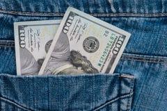 Hundra amerikanska dollar räkningar i fack av jeans Fotografering för Bildbyråer
