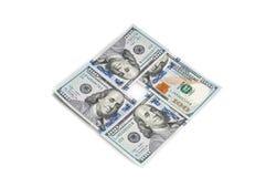 Hundra amerikanska dollar som staplas i en fyrkant på en vit bakgrund isolerat Royaltyfria Bilder