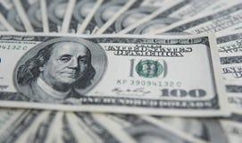 Hundra dollar hög Pengarbakgrund, hög av dollar, finansiellt begrepp av förtjänster Top beskådar finansiellt Arkivfoto