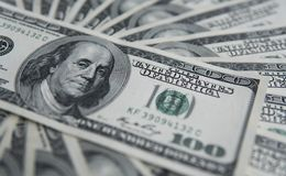 Hundra dollar hög Pengarbakgrund, hög av dollar, finansiellt begrepp av förtjänster Top beskådar finansiellt Fotografering för Bildbyråer