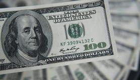 Hundra dollar hög Pengarbakgrund, hög av dollar, finansiellt begrepp av förtjänster Top beskådar finansiellt Arkivbilder