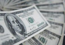 Hundra dollar hög Pengarbakgrund, hög av dollar, finansiellt begrepp av förtjänster Top beskådar finansiellt Arkivfoton