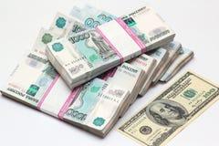 Hundra dollar och packar till tusen rubelsedlar Arkivbilder