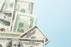 Hundra dollar räkning på ljust - blå bakgrund royaltyfria foton