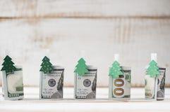 Hundra dollar rullar med klädnypor dekorerade jul t Arkivbild