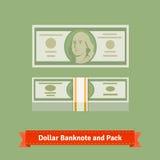 Hundra dollar sedel- och pengarpacke med remmen Arkivbild