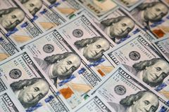 Hundra dollaramerikansedlar Arkivbild