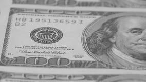 Hundra-dollaren fakturerar närbilden, rörelseglidare Makrofotografi av sedlar Benjamin Franklin stående stock video