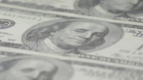 Hundra-dollaren fakturerar närbilden, rörelseglidare - 2 Makrofotografi av sedlar Benjamin Franklin stående arkivfilmer
