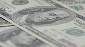 Hundra-dollaren fakturerar närbilden, rörelseglidare - 3 Makrofotografi av sedlar Benjamin Franklin stående stock video