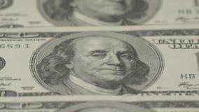 Hundra-dollaren fakturerar närbilden, rörelseglidare - 4 Makrofotografi av sedlar Benjamin Franklin stående lager videofilmer