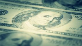 Hundra-dollaren fakturerar närbilden, rörelseglidare - 5 Makrofotografi av sedlar Benjamin Franklin stående lager videofilmer