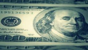 Hundra-dollaren fakturerar närbilden, rörelseglidare - 6 Makrofotografi av sedlar Benjamin Franklin stående stock video