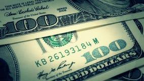 Hundra-dollaren fakturerar närbilden, rörelseglidare - 7 Makrofotografi av sedlar Benjamin Franklin stående arkivfilmer