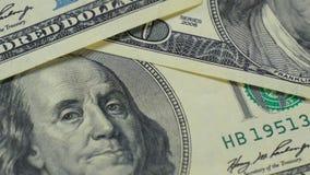 Hundra-dollaren fakturerar närbilden, rörelseglidare - 8 Makrofotografi av sedlar Benjamin Franklin stående stock video
