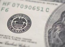 Hundra dollarräkningar, federalt reservtecken royaltyfri fotografi