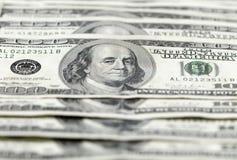 Hundra dollarräkningar fodrar Arkivbild