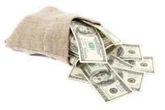 Hundra dollarräkningar i en kanfassäck. Fotografering för Bildbyråer