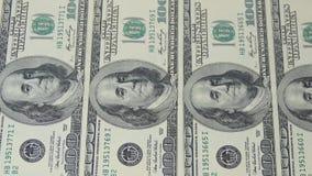 Hundra dollarräkningar i rad Makrofotografi av sedlar Benjamin Franklin stående stock video