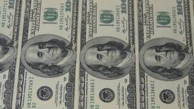 Hundra dollarräkningar i rad Rörelsekameraglidare Makrofotografi av sedlar Benjamin Franklin stående stock video