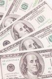 Hundra dollarräkningar som bakgrund Pengarhög, Arkivbild
