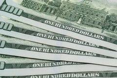 Hundra dollarräkningar som ut fläktas royaltyfri bild