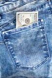 Hundra dollarräkningar i jeansfack Arkivbilder
