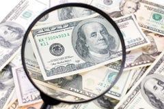 Dollar under förstoringsglaset Arkivbilder