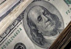 Hundra dollarvalörslut upp 5000 roubles för modell för bakgrundsbillspengar Royaltyfria Bilder