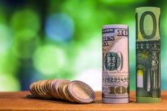 Hundra euro och hundra US dollar rullande räkningsedel Arkivbilder