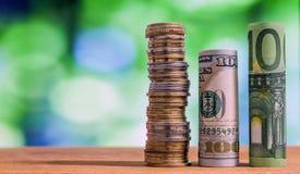 Hundra euro och hundra US dollar rullande räkningsedel Arkivfoto
