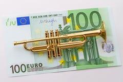 Hundra euro och trumpet Arkivbild
