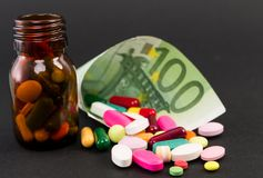 Hundra euro som slås in med preventivpillerar Royaltyfria Foton