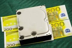 Hundra eurosedlar och hardisk i closeup royaltyfri fotografi