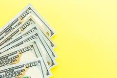 Hundra kassa för dollarräkningar som ligger på gul bakgrund finansiell aff?rsid? Lägenheten lägger, modellen, uppe i luften royaltyfri fotografi