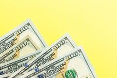 Hundra kassa för dollarräkningar som ligger på gul bakgrund finansiell aff?rsid? Lägenheten lägger, modellen, uppe i luften fotografering för bildbyråer