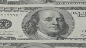 Hundra närbild för dollarräkningar - 2 Makrofotografi av sedlar Benjamin Franklin stående stock video