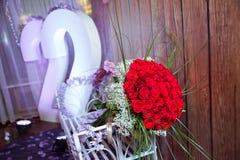 Hundra röda rosor på en purpurfärgad bakgrund En bukett av blommabuketten av hundra röda rosor Stor bukett av stor hundra Royaltyfria Foton
