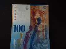Hundra schweizisk franc som isoleras på svart bakgrund fotografering för bildbyråer