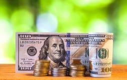 Hundra sedlar för US dollarräkningar, med amerikanska centmynt Arkivfoto