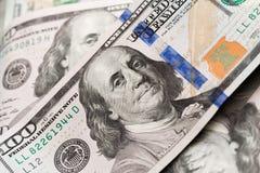 Hundra US dollarräkningar på en tabell arkivfoton