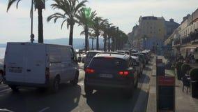 Hundratals bilar klibbade i trafikstockning på medelhavs- kust av den trevliga staden arkivfilmer