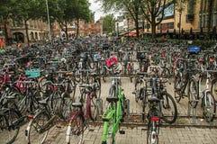 Hundratals cyklar som parkeras i fyrkant av Amsterdam med molnig himmel Royaltyfria Foton