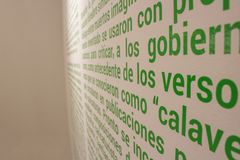 Hundratals ord som är skriftliga på väggen Arkivfoton