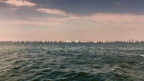 Hundratals segelbåtar i det djupa havet Arkivbild