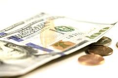 Hundread dollar och mynt arkivbild
